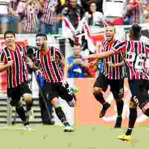 Boschilia (segundo da esquerda para direita) comemora gol do São Paulo - Alexandre Schneider / Getty Images