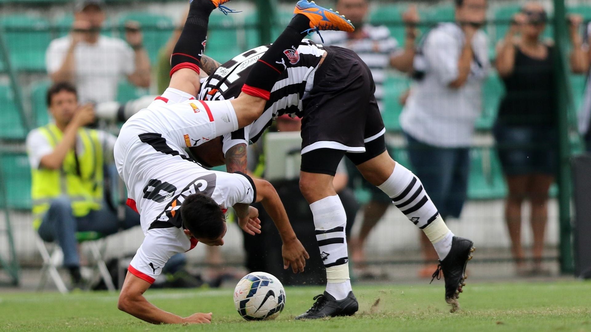 Cáceres, do Vitória, é atropelado por França em disputa de bola no contra o Figueirense