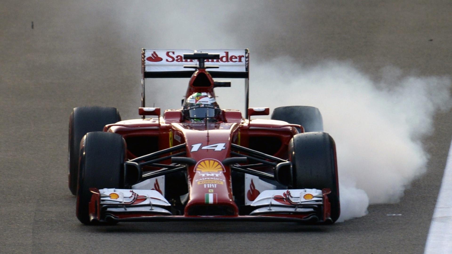 Carro de Fernando Alonso frita pneus durante as primeiras voltas do GP de Abu Dhabi
