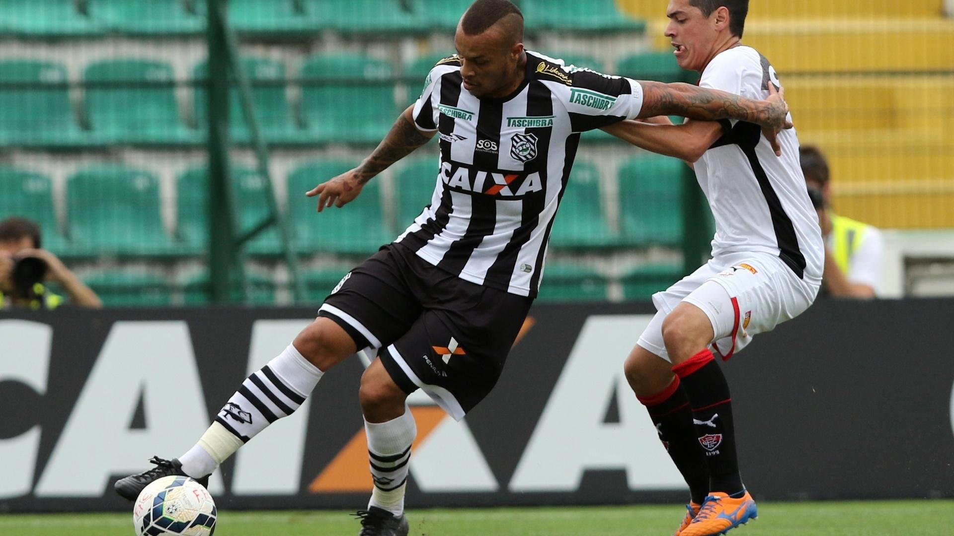 França protege bola para o Figueirense contra marcação do Vitória