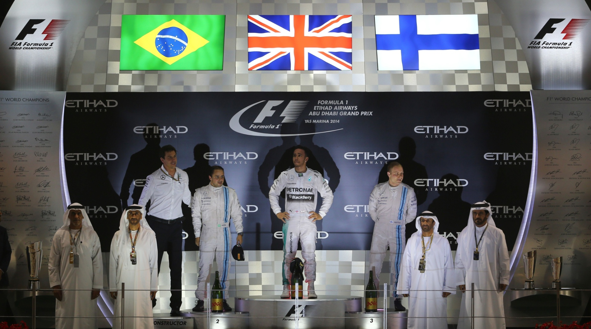 Hamilton ocupa o lugar mais alto do pódio ao lado de Felipe Massa e Valtteri Bottas