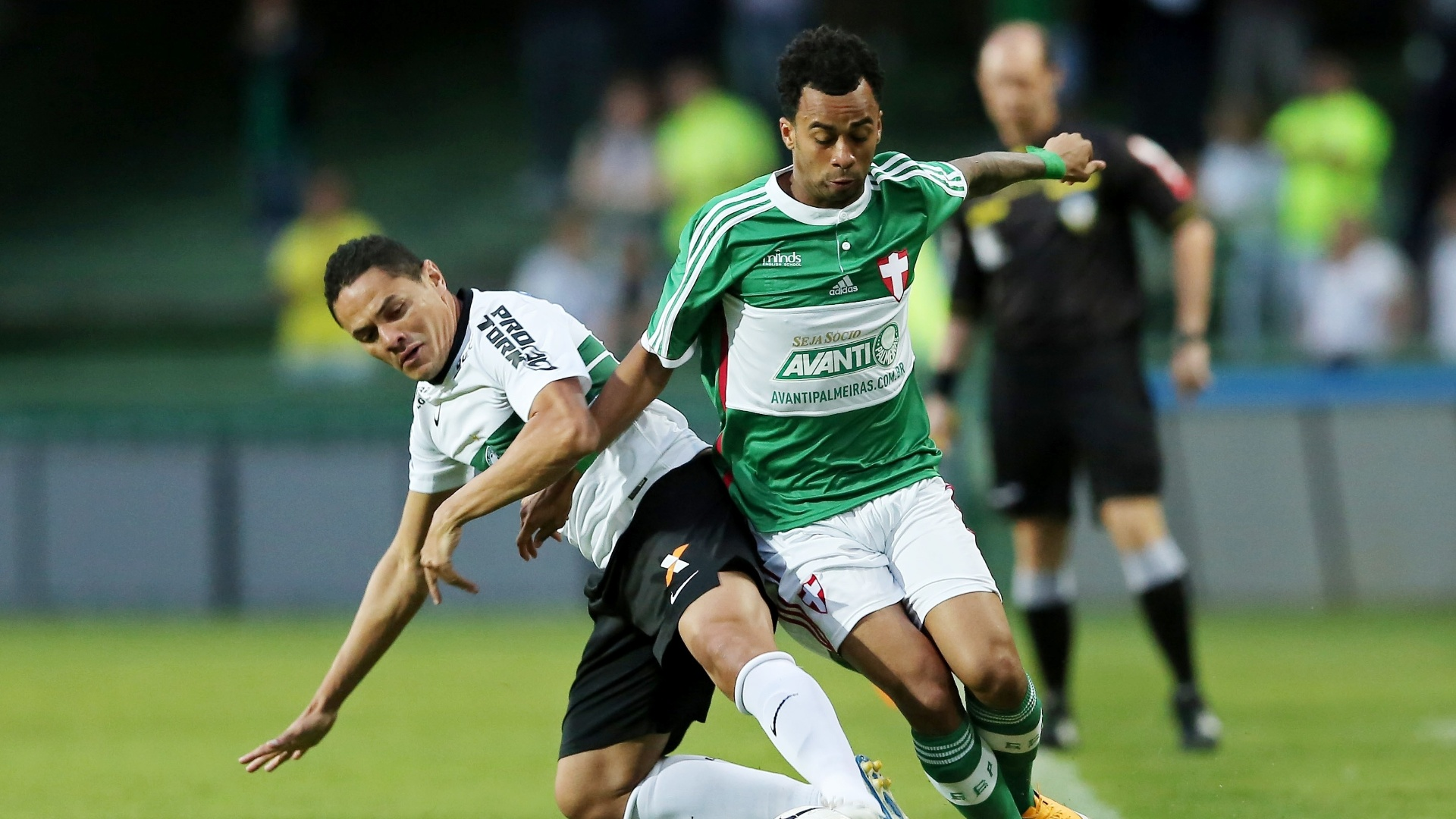 Hélder (esquerda), do Coritiba, disputa bola com Wesley, do Palmeiras