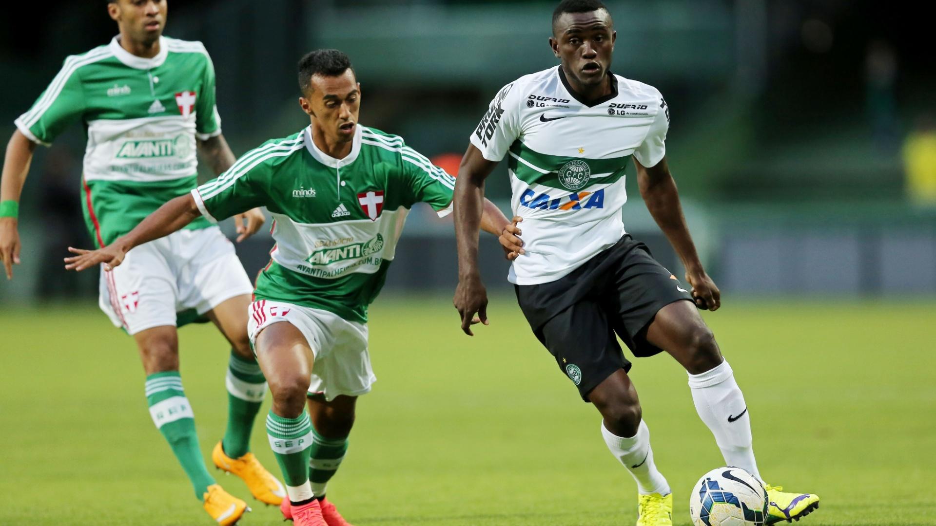 Juninho (centro), do Palmeiras, tenta roubar a bola de Joel (direita), do Coritiba