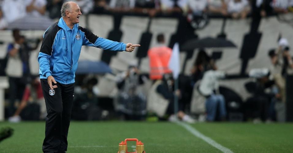 Luiz Felipe Scolari orienta time do Grêmio em partida contra o Corinthians
