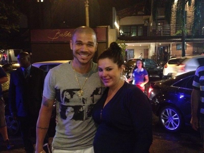 Nilton posa com a esposa ao chegar em churrascaria onde o Cruzeiro comemora o título do Campeonato Brasileiro