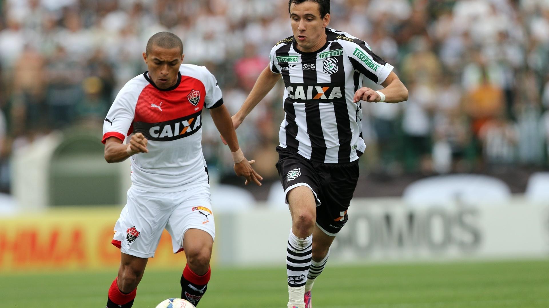 Nino Paraíba (à esq), do Vitória, tenta passar pela marcação de Pablo, do Figueirense