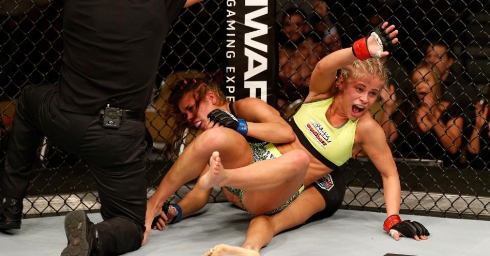 Paige Vanzant comemora a vitória por nocaute técnico, enquanto o árbitro encerra a luta contra Kailin Curran, na estreia de ambas pelo UFC
