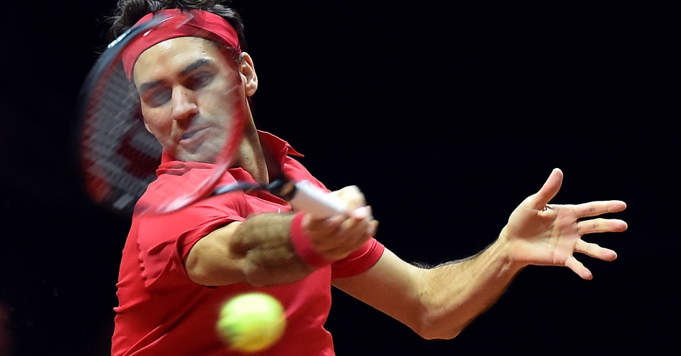 Roger Federer rebate bola em duelo contra Gasquet. Suíço faz sua terceira partida no fim de semana