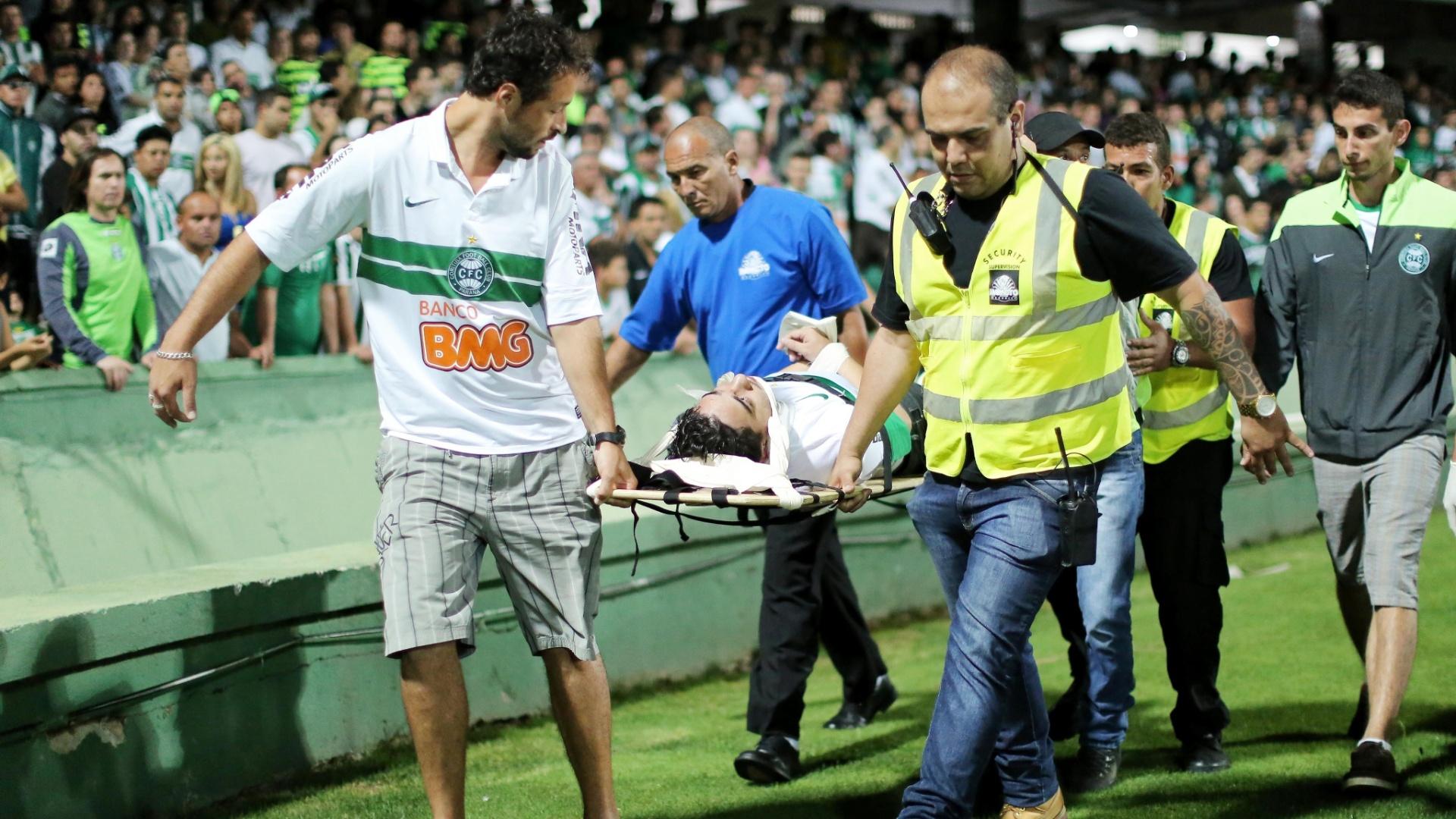 Torcedor do Coritiba deixa estádio Couto Pereira carregado numa maca