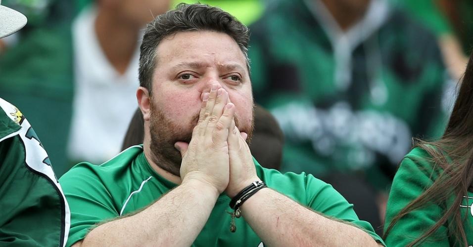 Torcedor do Coritiba reza durante partida do time no Brasileirão