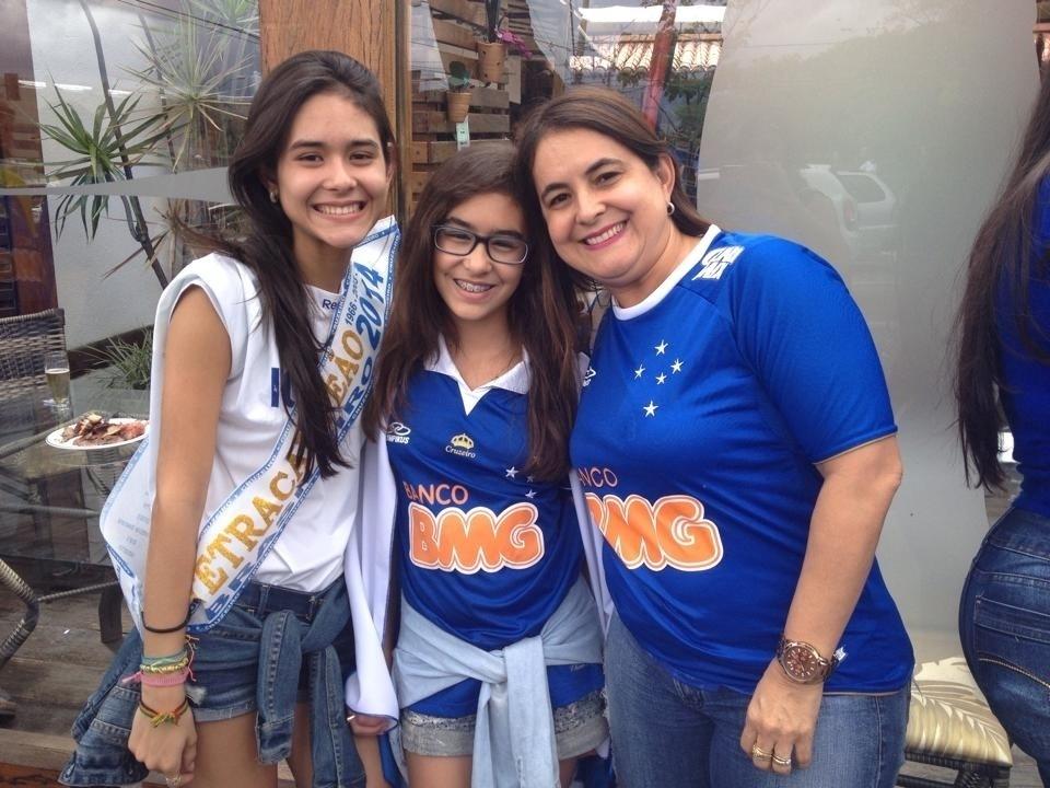 Torcedoras do Cruzeiro chegam ao Mineirão com faixa do tetra
