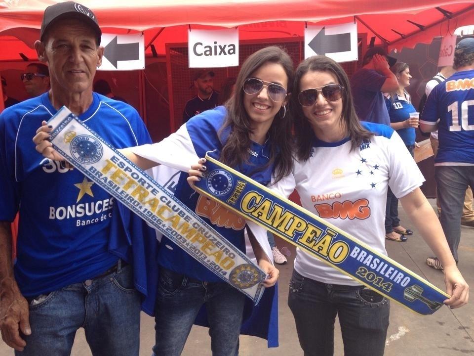 Torcedores do Cruzeiro chegam ao Mineirão para a partida deste domingo contra o Goiás levando a faixa de campeão para o Cruzeiro