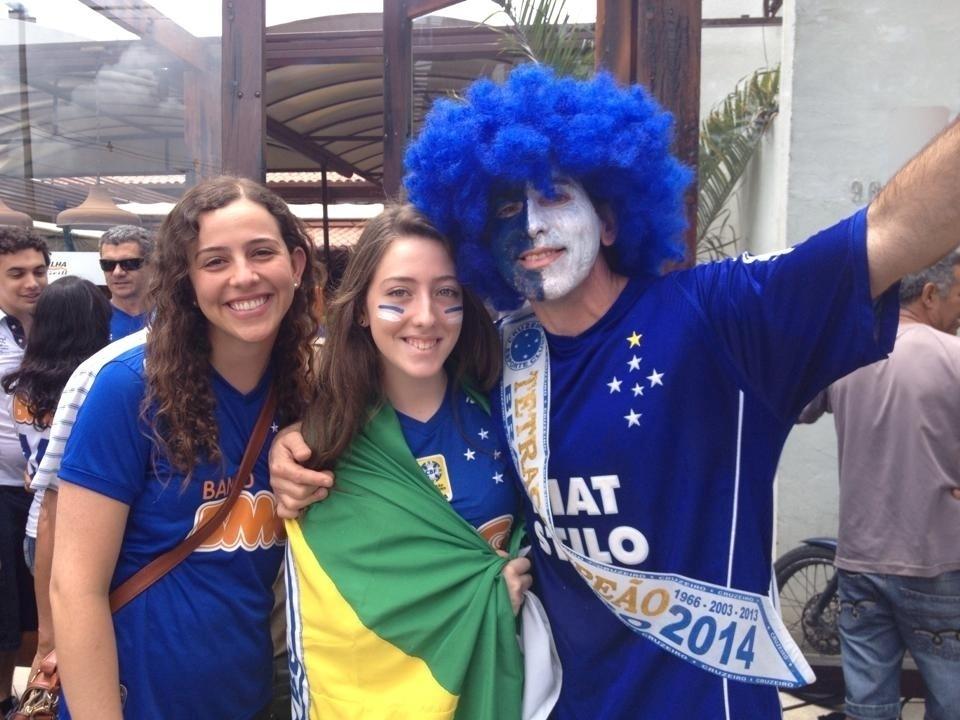 Torcida do Cruzeiro faz a festa nos arredores do Mineirão antes da partida contra o Goiás