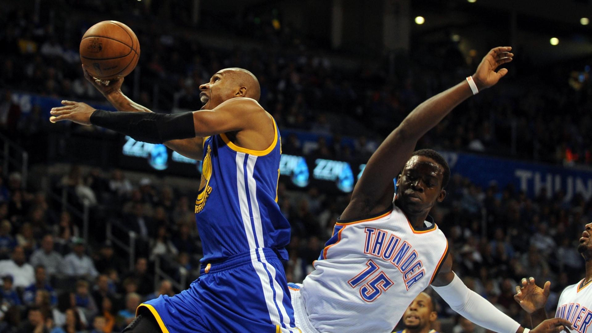23.nov.2014 - Brasileiro Leandrinho tenta a bandeja em vitória do Golden State Warriors sobre o Oklahoma City Thunder