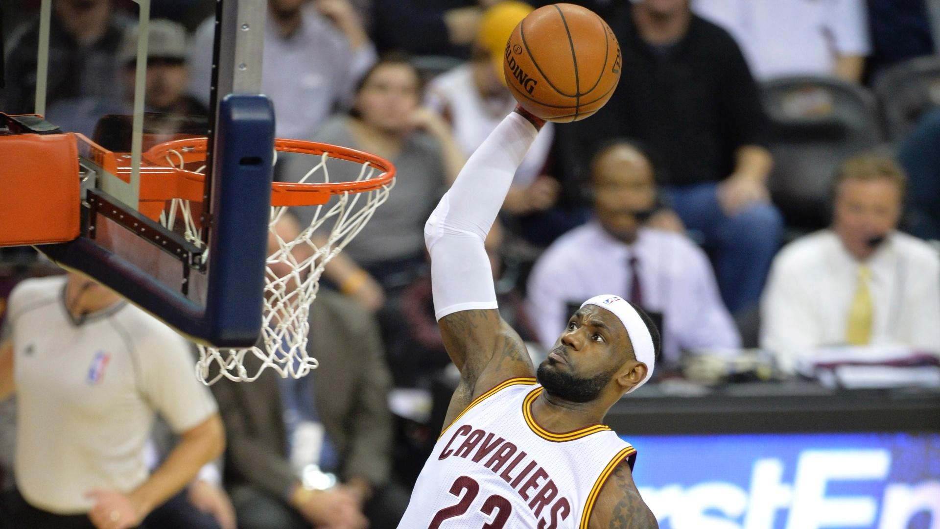 24.nov.2014 - LeBron James converte enterrada para o Cleveland Cavaliers em vitória sobre o Orlando Magic