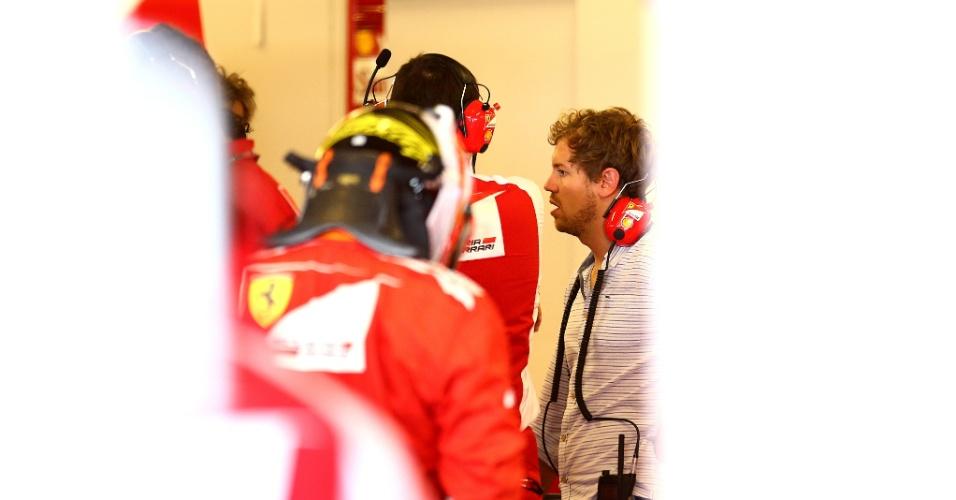 25,nov.2014 - Sebastian Vettel conversa com integrantes da Ferrari em primeiro dia como piloto da escuderia
