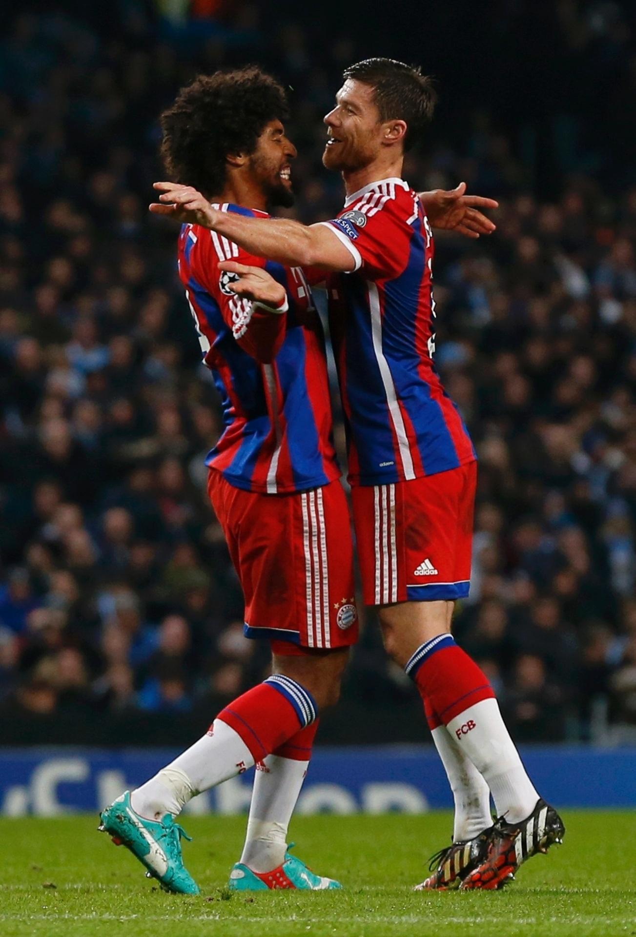 Dante e Xabi Alonso comemoram gol do Bayern de Munique