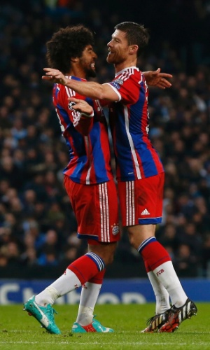 Dante e Xabi Alonso comemoram gol do Bayern de Munique