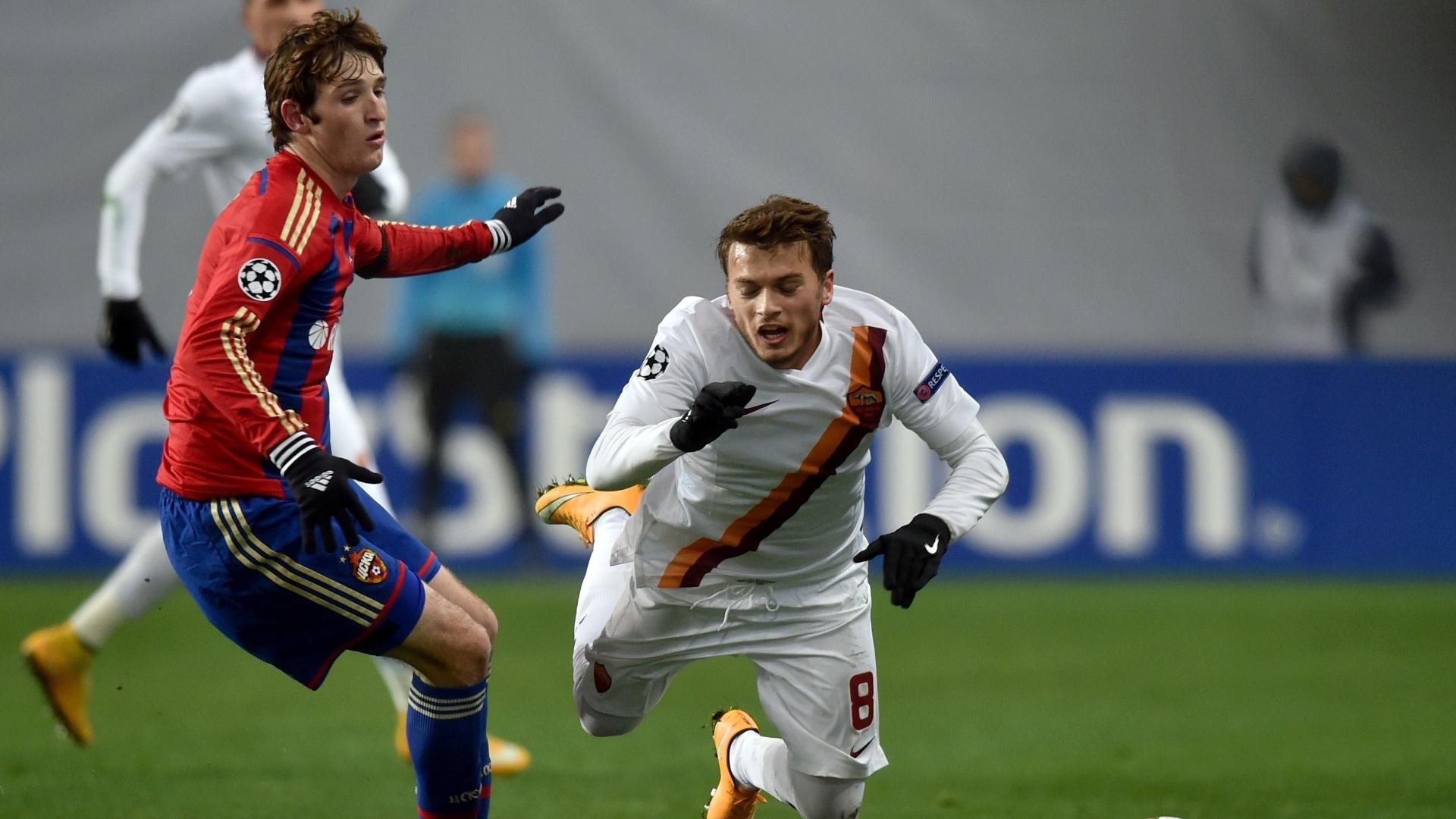 Mário Fernandes (esquerda) disputa bola com Ljajic durante CSKA x Roma na Liga dos Campeões