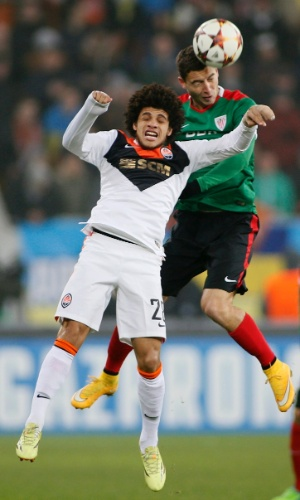 Taison (frente) disputa bola de cabeça durante jogo entre Shakhtar Donetsk x Athletic Bilbao