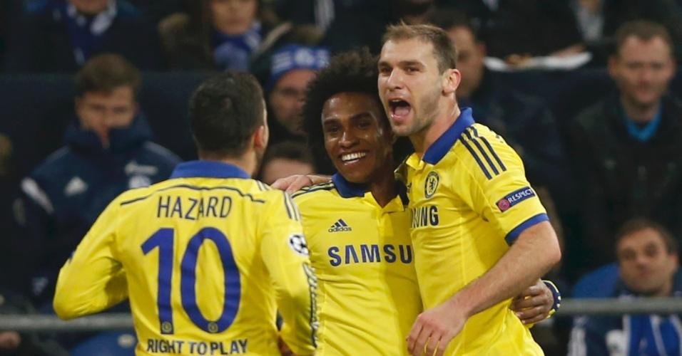 Willian (centro) é abraçado por colegas após marcar pelo Chelsea na Liga dos Campeões