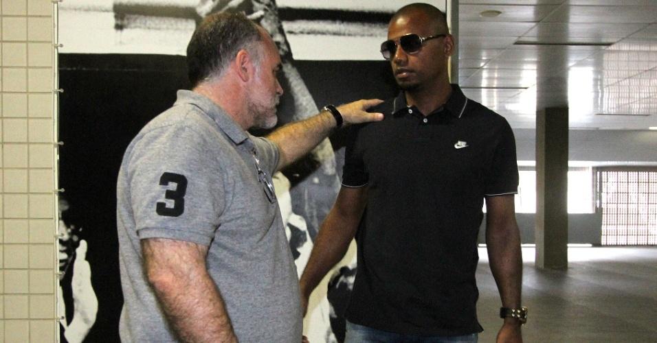 26 nov. 2014 - Jefferson conversa com Maurício Assumpção no Engenhão, durante despedida do cartola no Botafogo