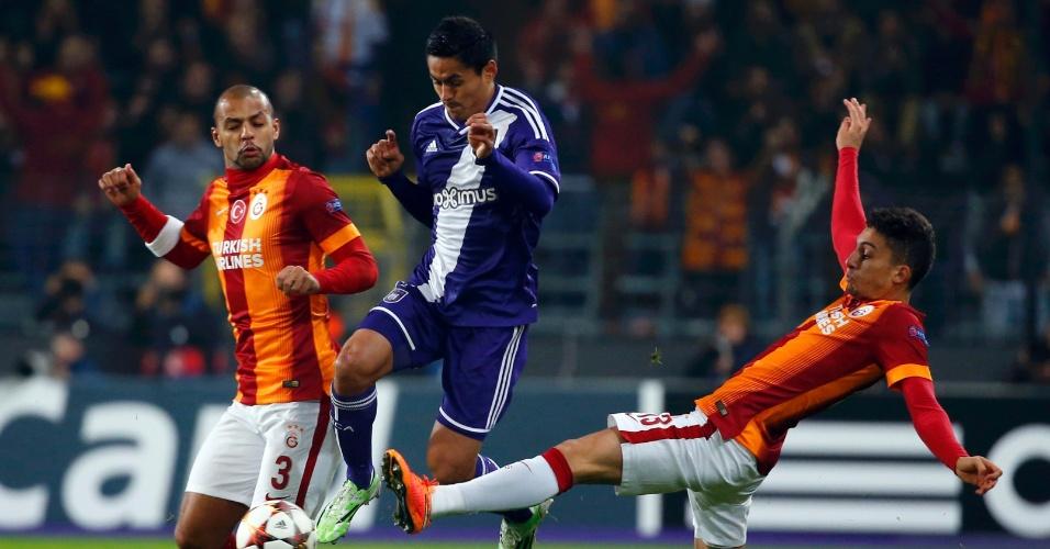Brasileiros do Galatasaray, Felipe Melo e Alex Telles tentam roubar a bola de Najar, do Anderlecht