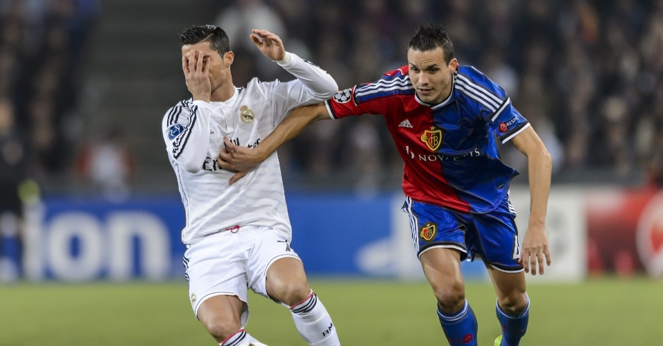 Cristiano Ronaldo disputa bola com jogador do Basel em jogo do Real Madrid na Liga dos Campeões