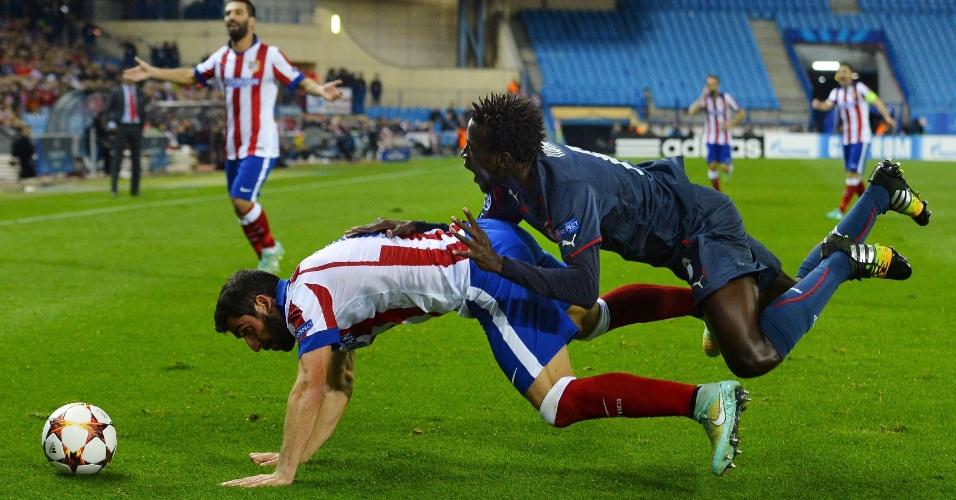 Delvin N'Dinga, do Olympiacos, cai em cima de Raul Garcia, do Atlético de Madri, em jogo da Liga dos Campeões