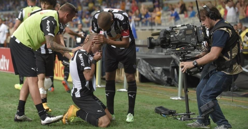 Diego Tardelli beja o escudo do Atlético-MG após abrir o placar na final da Copa do Brasil