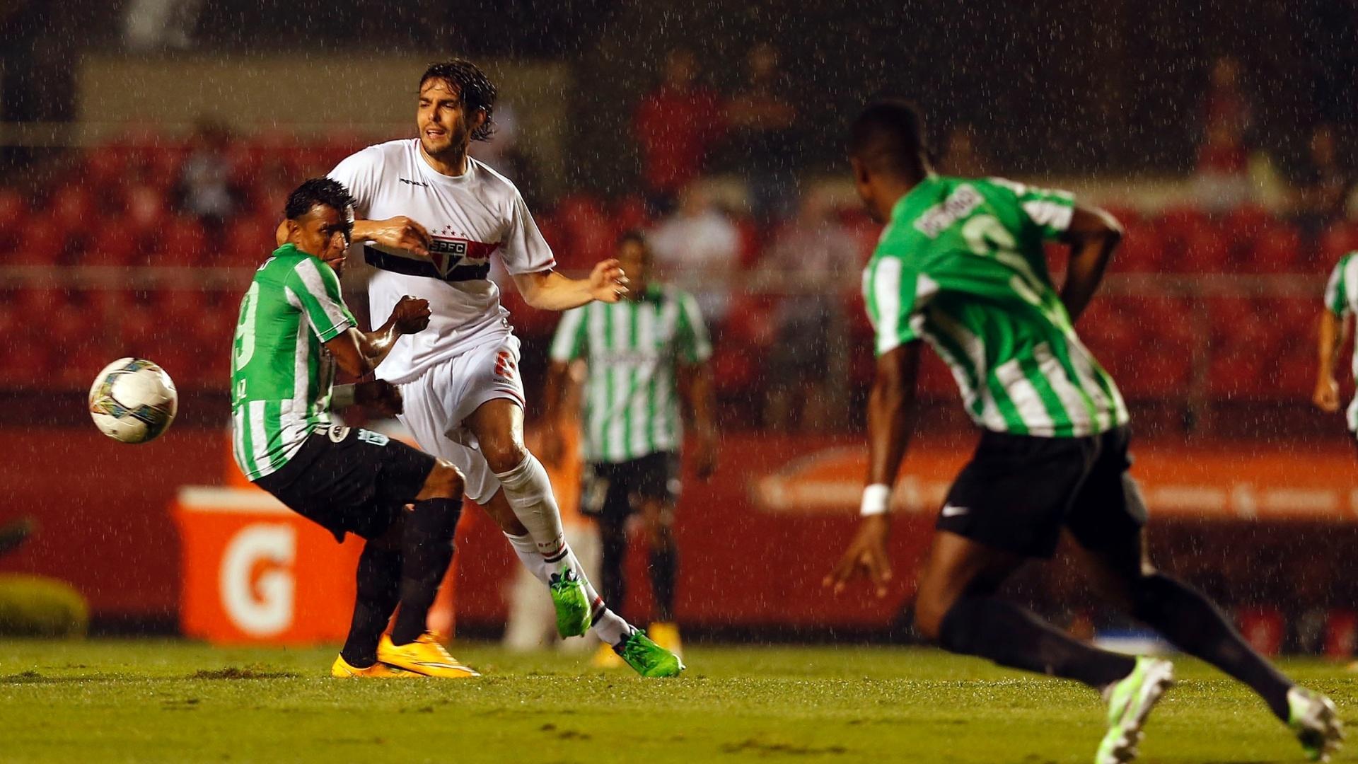 Kaká (branco) tenta se desvencilhar da marcação do Atlético Nacional no jogo do São Paulo na Sul-Americana