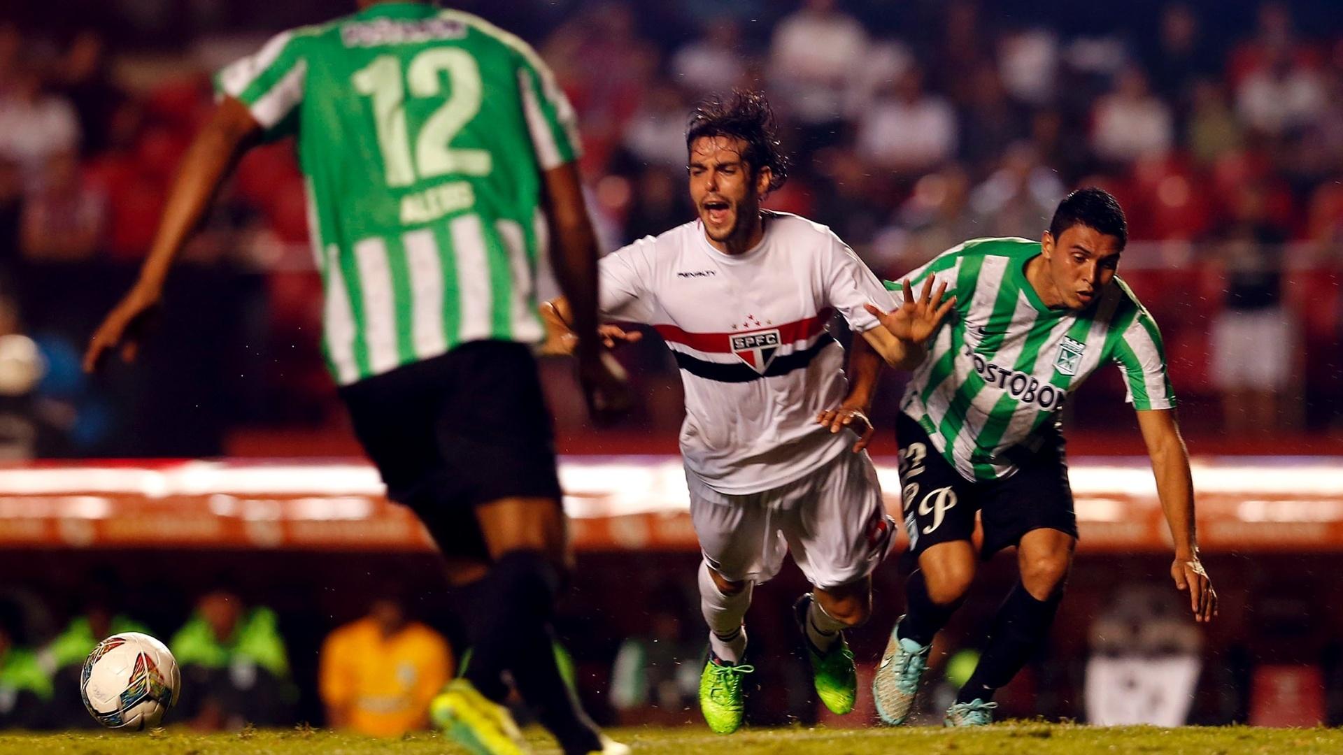 Kaká sofre falta do jogador do Atlético Nacional em partida do São Paulo na Sul-Americana
