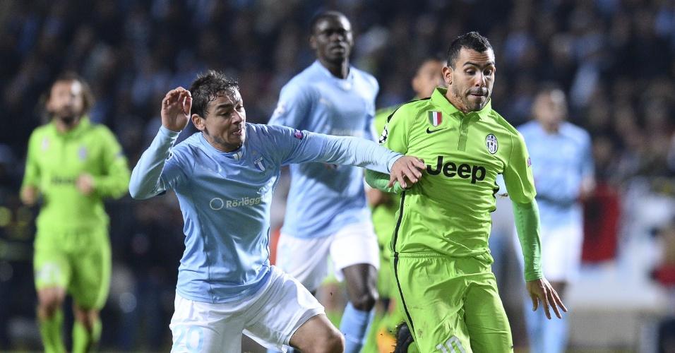 Lateral esquerdo brasileiro Ricardinho (azul), do Malmo, disputa bola com Tevez, da Juventus