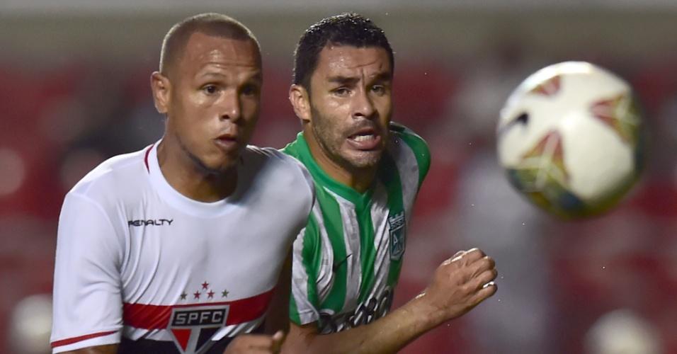 Luis Fabiano disputa bola com zagueiro do Atlético Nacional em jogo do São Paulo na Copa Sul-Americana