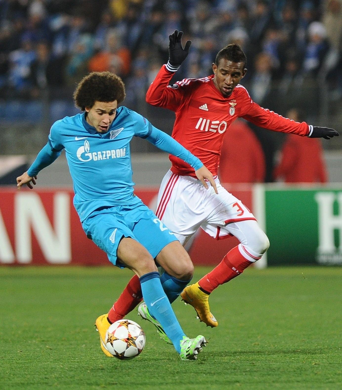 Witsel, do Zenit, disputa bola com brasileiro Talisca (vermelho), do Benfica