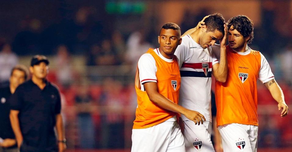 Alan Kardec (centro) é consolado por Pato (direita) após eliminação do São Paulo na Sul-Americana