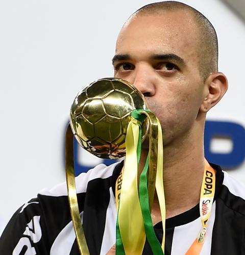 Diego Tardelli beija o troféu de melhor jogador da decisão da Copa do Brasil