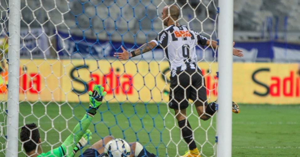 Diego Tardelli sai para comemorar após marcar o gol do título do Galo na Copa do Brasil