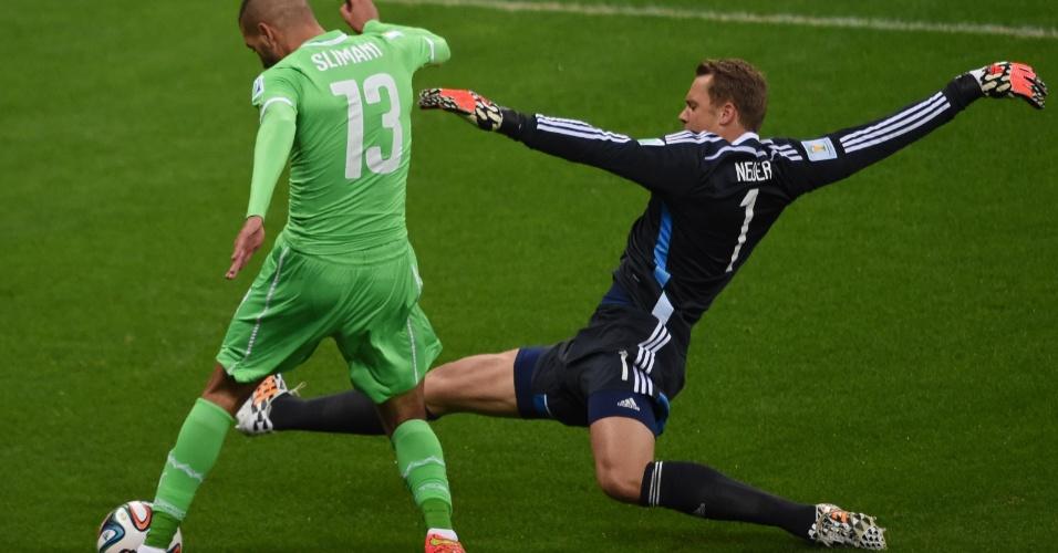Manuel Neuer, goleiro da Alemanha, dá carrinho para parar Islam Slimani, da Argélia, durante as oitavas da Copa do Mundo de 2014