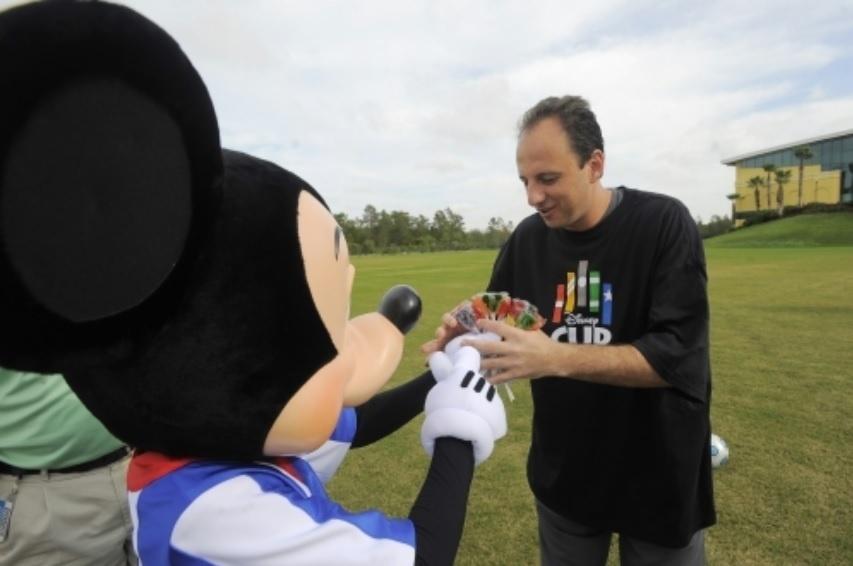Rogério Ceni recebeu visita de Mickey durante período de treino do São Paulo durante a Copa do Mundo