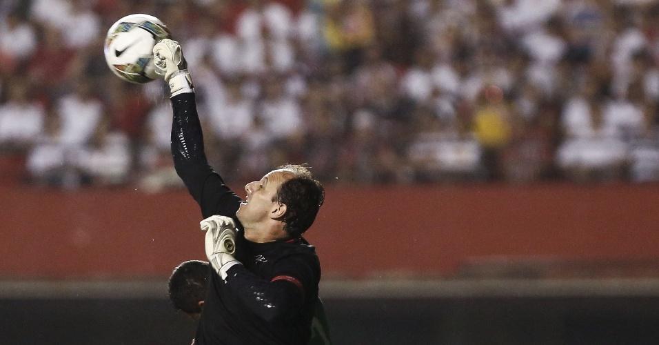 Rogério Ceni soca bola em jogo do São Paulo na Sul-Americana