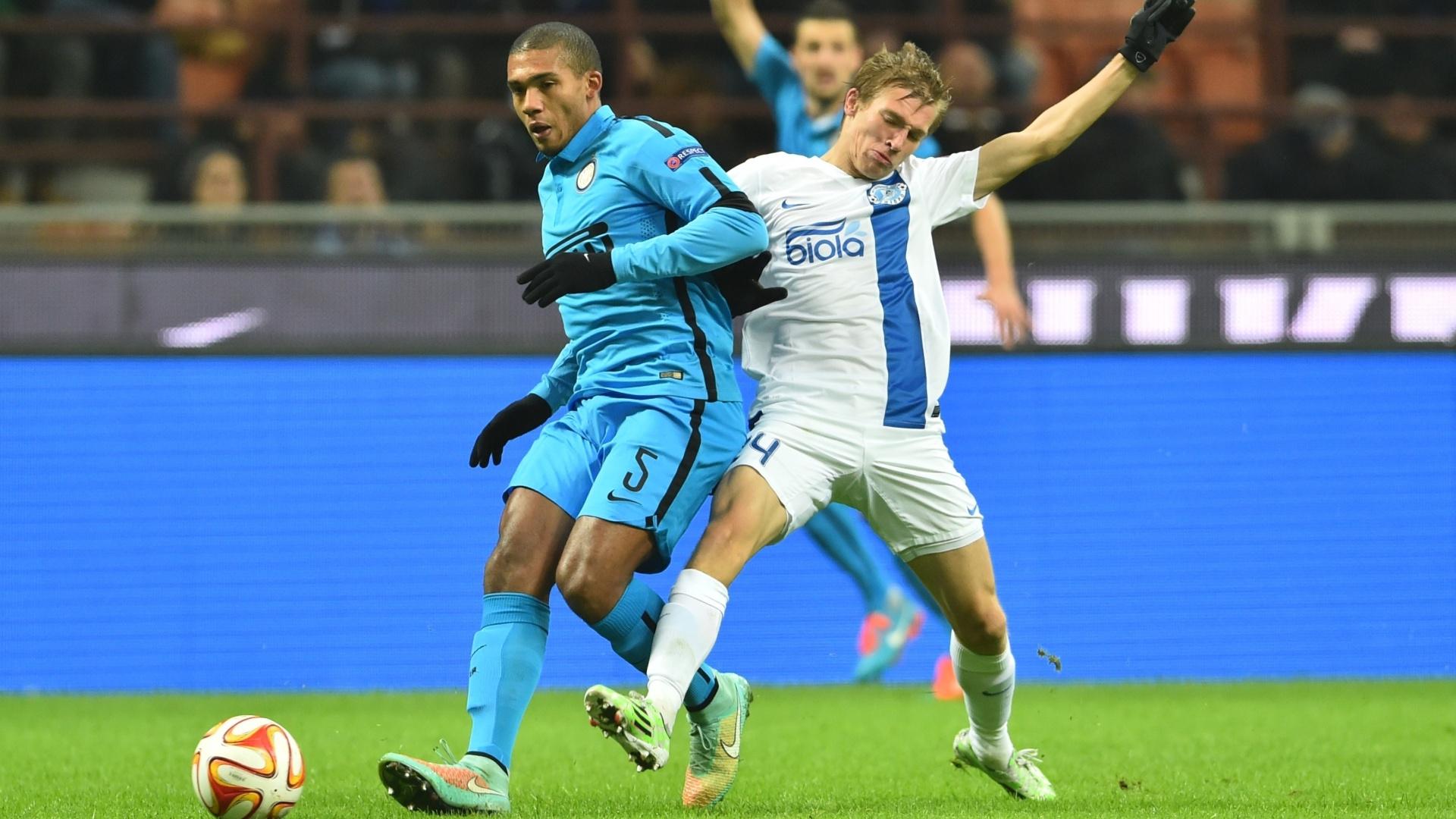 Zagueiro brasileiro Juan (azul), da Inter de Milão, disputa bola com Luchkevych, do Dnipro