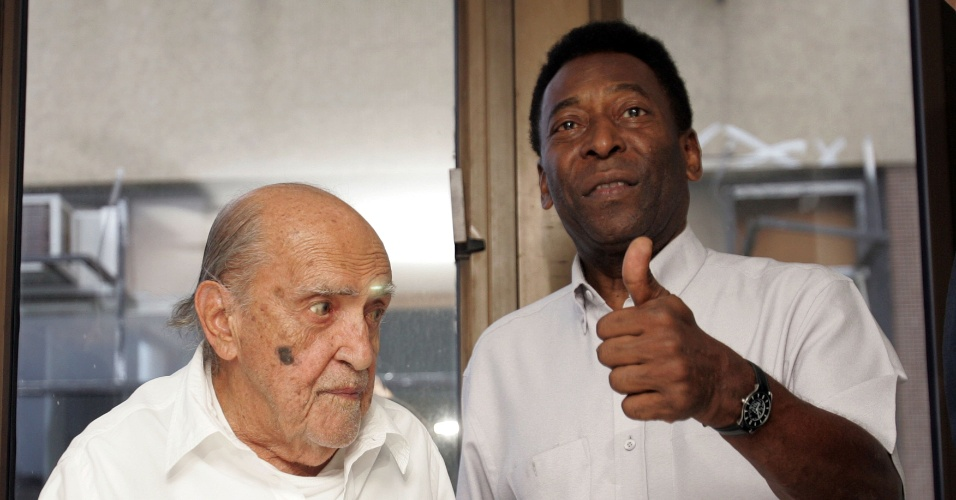 Arquiteto Oscar Niemeyer ao lado de Pelé durante a apresentação do Museu Pelé em Santos
