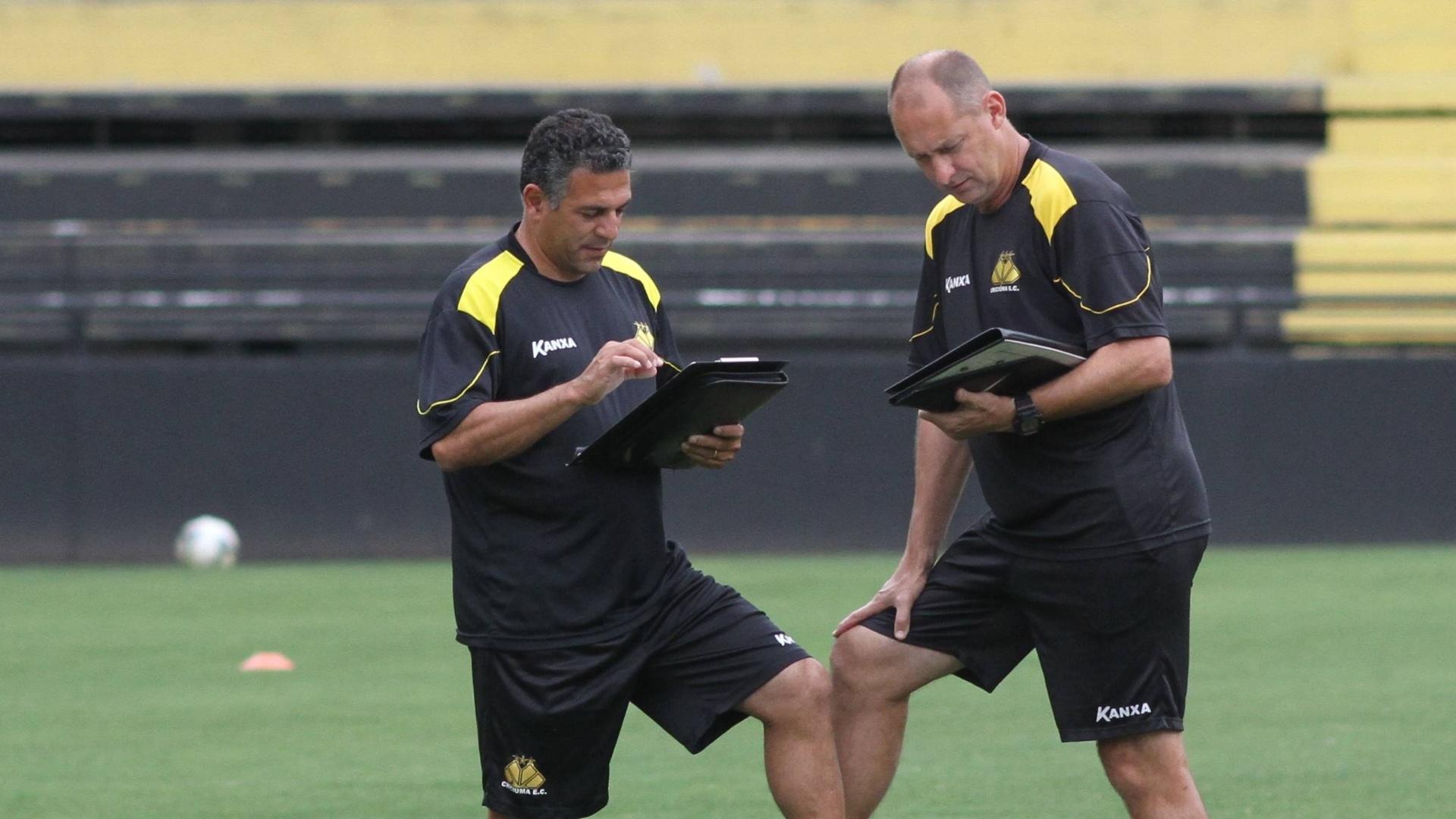 Luizinho Vieira acompanha o treino do Criciúma ao lado do auxiliar Wilsão