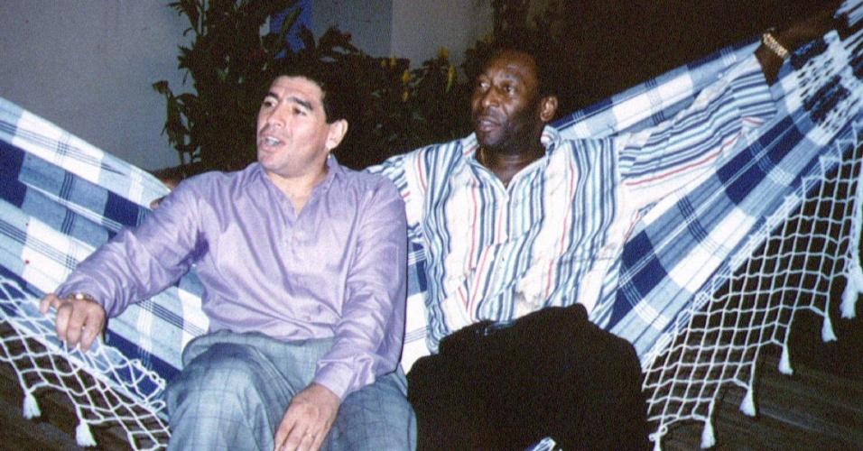 Maradona e Pelé durante um encontro no Rio de Janeiro
