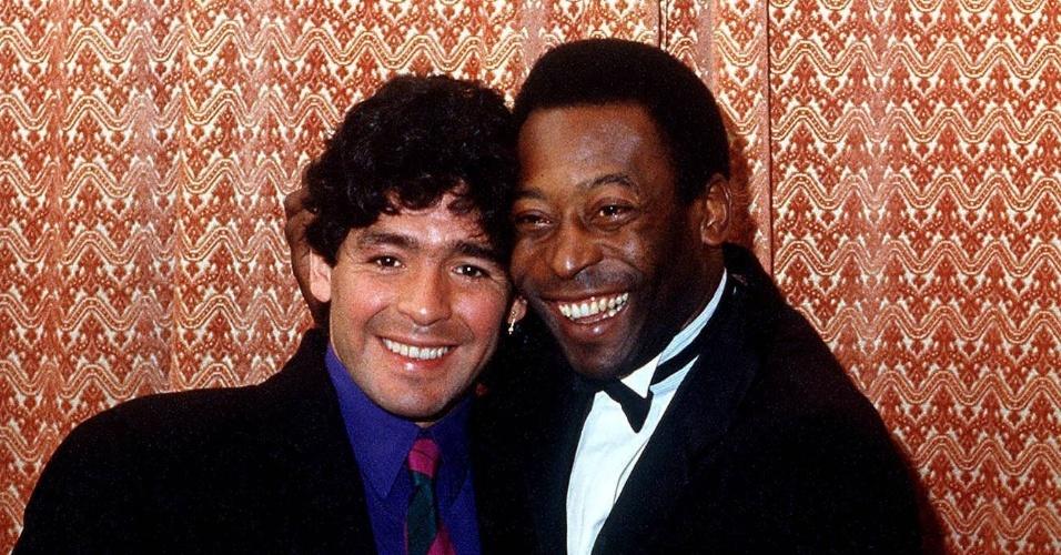 Maradona e Pelé se abraçam em evento em Berlim, na Alemanha, em 1986