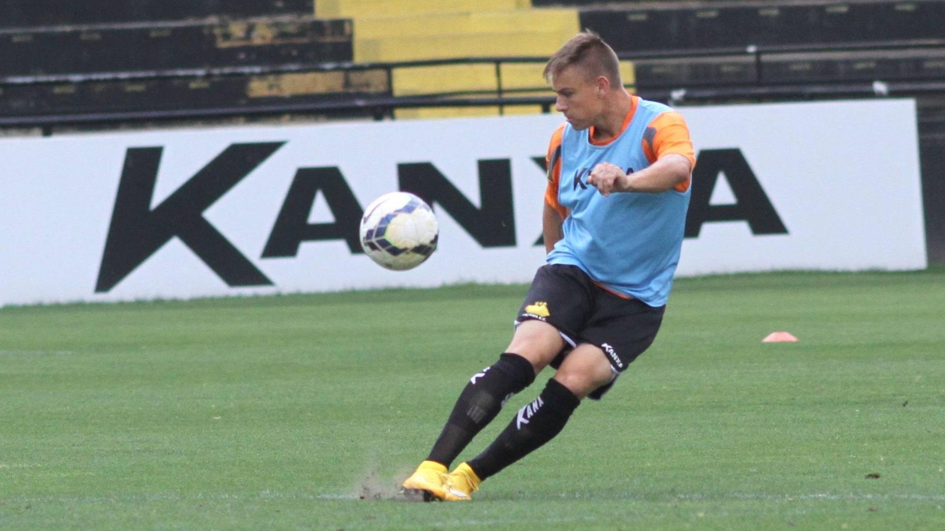 O atacante Roger Guedes faz um lançamento durante treino do Criciúma