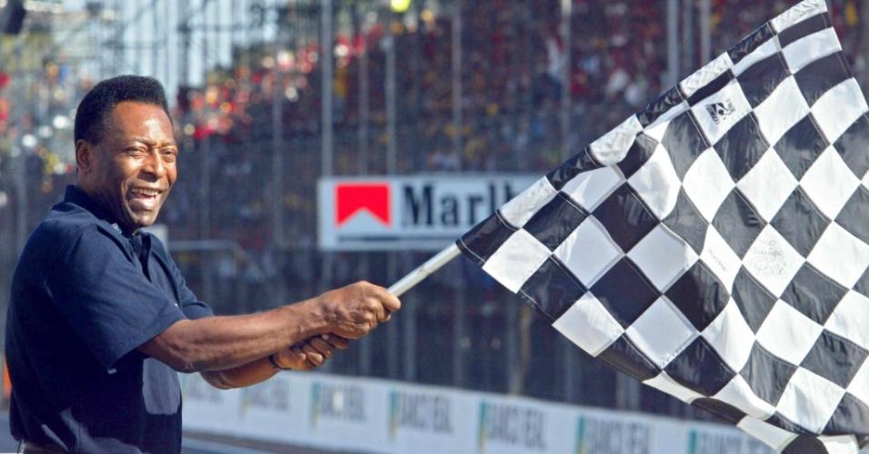 Pelé dá bandeirada no Grande Prêmio do Brasil em 2002