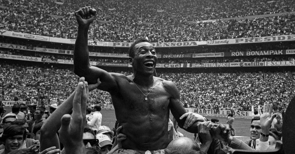 Pelé é carregado após cnoquista da Copa do Mundo de 1970
