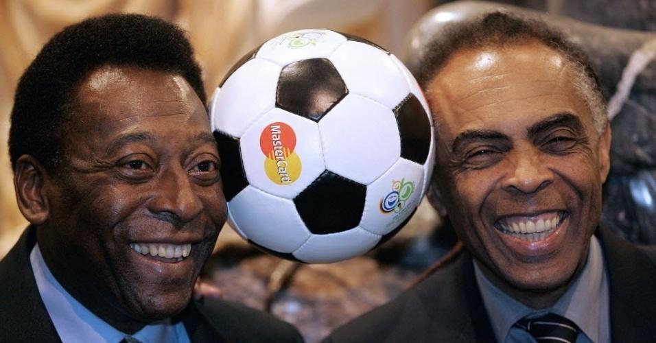 Pelé e Gilberto Gil, que já fizeram parceria musical, posam para foto em 2005